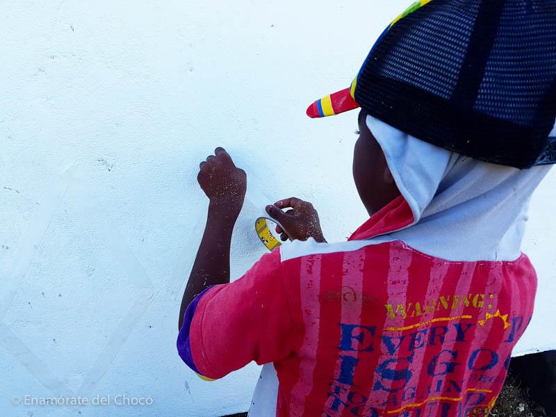 Nuestro amigo Javier interviniendo el mural
