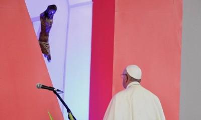 papa-francisco-frente-al-cristo-de-bojaya-900x485